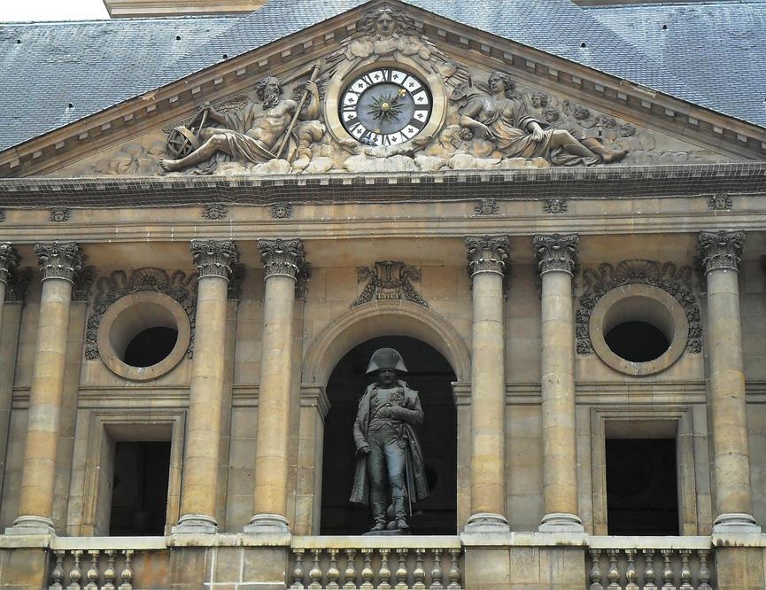 宮殿とナポレオン像