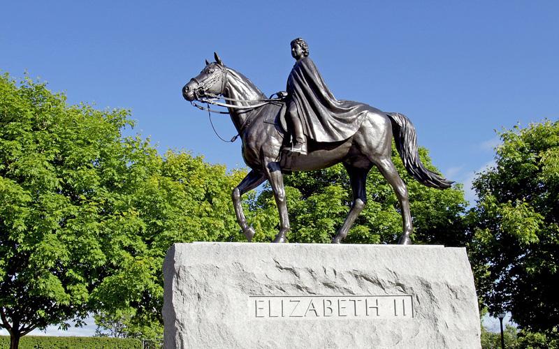 エリザベス2世像