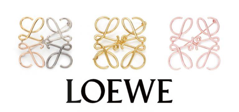 白の背景にロエベのアナグラムのブローチが3つ均等に並んでおり、その下に黒でLOEWEのブランド名が刻まれた装飾の画像